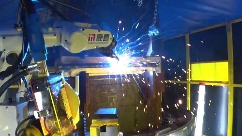 溶接中の様子。多関節型の現場溶接ロボットを適用した東京都内の施工現場では、800mm角、板厚25mmの角形鋼管柱を溶接した。今後はさらに大型の柱にも対応できるようにする(写真:鹿島)