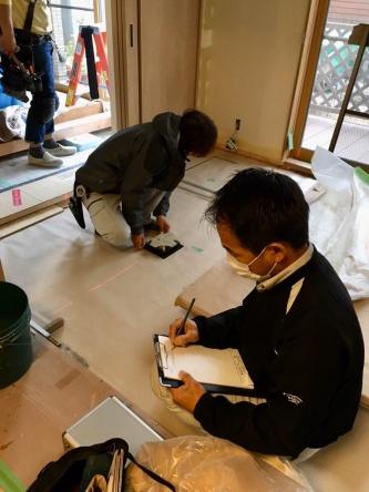 リフォームでは顧客との打ち合わせに加えて、既存住宅の調査や、場合によっては顧客が住みながらの工事など、顧客との接触機会が多い(写真:ドクターリフォーム・サンセイ)