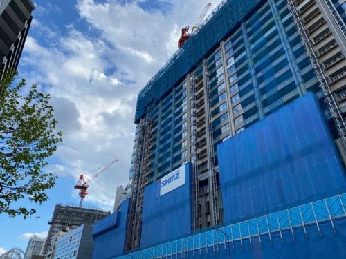 清水建設が施工を手掛ける「パークコート文京小石川ザ・タワー」。地下2階・地上40階の鉄筋コンクリート造、一部鉄骨鉄筋コンクリート造で総戸数は577戸。2021年7月に竣工予定で、住戸はすでに完売している。4月24日撮影(写真:日経クロステック)