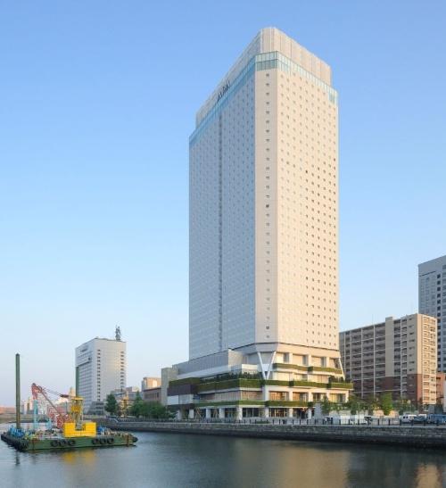 新型コロナウイルスの無症状者や軽症者を受け入れるアパホテル&リゾート横浜ベイタワー。2020年4月20日~8月末に受け入れる予定だ。2311室の客室を備える(写真:日経アーキテクチュア)