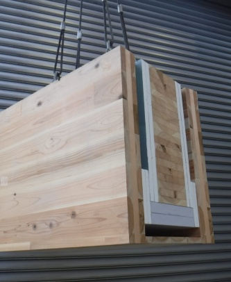 CLTと不燃材の間に通気層を設けた耐火構造の木質梁部材。梁の側面に厚さ90mmのCLTを使い、不燃材との間に幅45mmの通気層を設ける。不燃材は使い分ける。梁側面には耐水石こうボード25mm×2枚、角部には耐水石こうボード21mm×2枚を増し張り。梁底面にはケイカル板40mm×2枚を使う(写真:住友林業)
