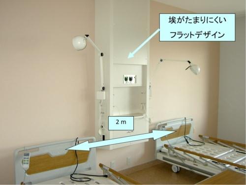 一般病室の例。飛沫感染を抑えるため、ベッドの間隔は約2m。棚などもほこりがたまりにくいデザインとする(写真:日建設計)