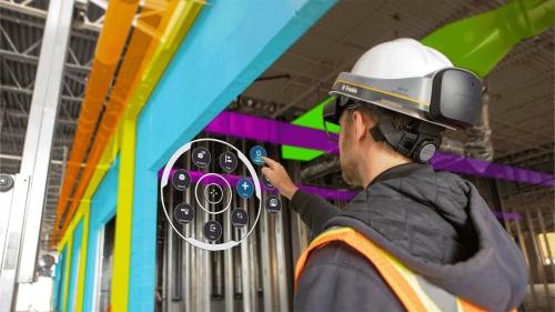 工事現場の現実空間にAR表示したウィンドウの操作は、手や指で行う(写真:ニコン・トリンブル)