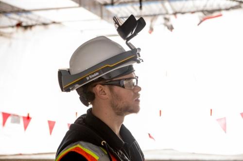 ディスプレーを上に跳ね上げたときの様子。眼鏡をかけたままでも使える(写真:ニコン・トリンブル)