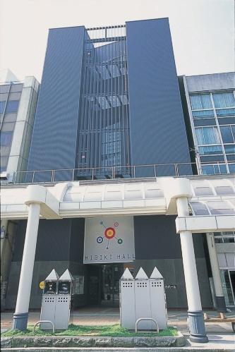 「響のホール」の外観。周りのビルと密接して立つ。ホール建設には厳しい条件の下、十分な天井高さを取るなどして音環境などの質を確保した(写真:まちづくり福井)