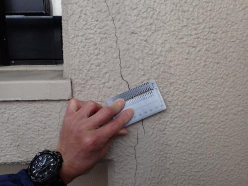 外廊下の外壁に生じたひび割れ。日本建築検査研究所は構造スリットの欠落がひび割れの要因の1つで、適切に改修しなければ繰り返しひび割れが発生すると指摘した(写真:日本建築検査研究所)