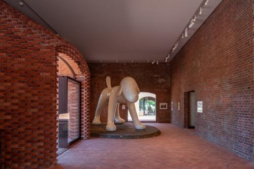 ミュージアム棟のエントランスを入ると、奈良美智氏の作品「A to Z Memorial Dog」が迎えてくれる(写真:吉田 誠)