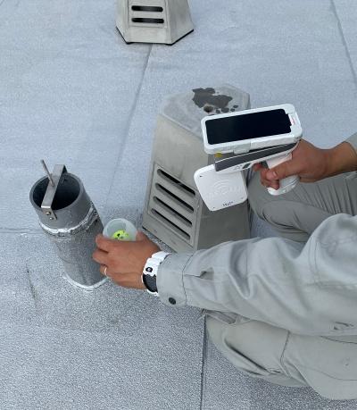 排水管通球試験システム「Drain Trace」を検証しているところ(写真:長谷工コーポレーション)