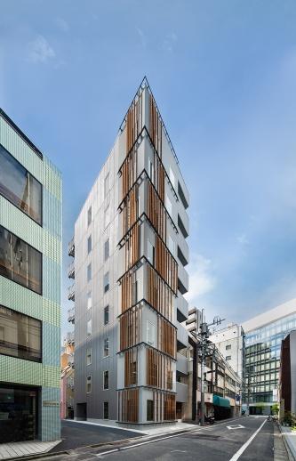 「PARK WOOD office iwamotocho」南東側外観。3~8階の床の構造材にCLTを使用した(写真:三菱地所設計、久保工)