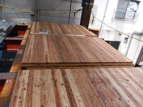 CLTパネル敷き込み。パネルは鉄骨梁の上に載せるだけで済む(写真:三菱地所設計、久保工)