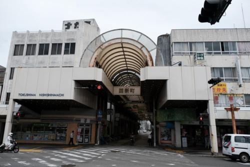 徳島市新町西地区の商店街の様子。2020年6月に撮影。平日の昼間からシャッターが下りた店が多い。このエリアに新ホールを建設して、にぎわいを取り戻す計画だった(写真:新町西地区市街地再開発組合)