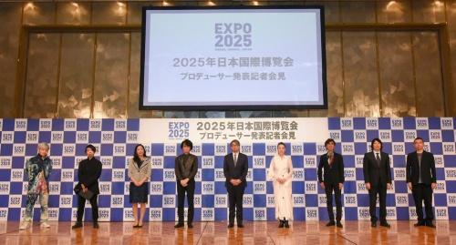 20年7月13日の記者会見に出席したプロデューサーたち。右端に立つのが藤本氏(写真:2025年日本国際博覧会協会)