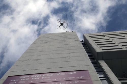 建築研究所と日本ツーバイフォー建築協会、西武建設の3者が、2020年3月17日に実施した「中野サンプラザ」での公開実験の様子(写真:日経クロステック)