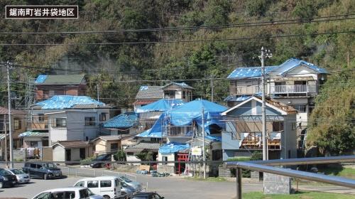 2019年の房総半島台風による住宅被害が大きかった千葉県鋸南町岩井袋地区。海岸沿いに位置する。多くの住宅の屋根や外壁が破損し、街がブルーシートで埋め尽くされていた(写真:日経アーキテクチュア)