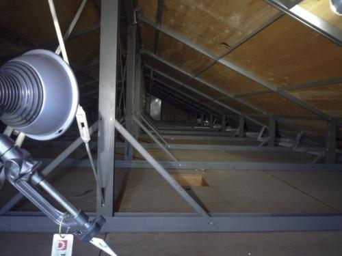 岐阜市内にあるレオパレス21の木造アパートの小屋裏。所有者は一級建築士に依頼して18年3月から3回、建物を調査した。結果、小屋裏には界壁がないことが判明した(写真:LPオーナー会)