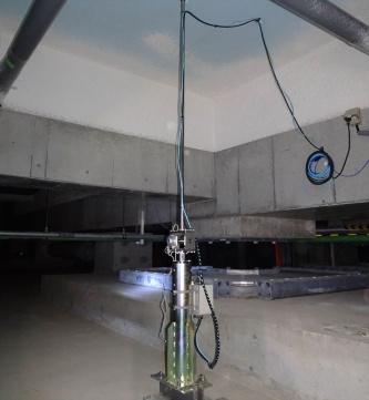 直立型変位計は棒状の装置で、免震層の天井と床をつなぐように設置する(写真:竹中工務店)