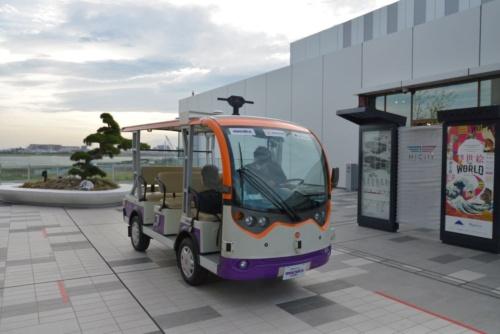 羽田みらい開発とマクニカ、パーセプティンの日本法人は低速電動カートを活用して、施設内のコリドーを往復する実証実験を実施する。保安用の人員が乗った上で、自律走行する(写真:日経アーキテクチュア)