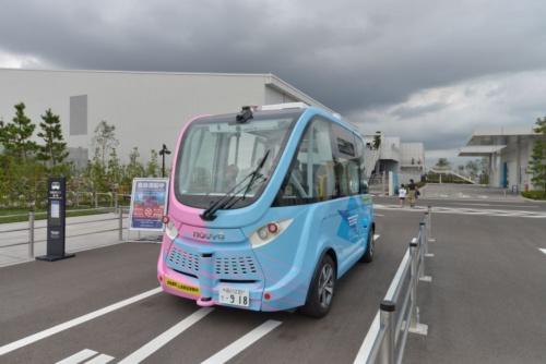 羽田イノベーションシティを巡回する自律走行バス。羽田みらい開発やBOLDLY、マクニカ、日本交通(東京・千代田)が手掛ける(写真:日経アーキテクチュア)