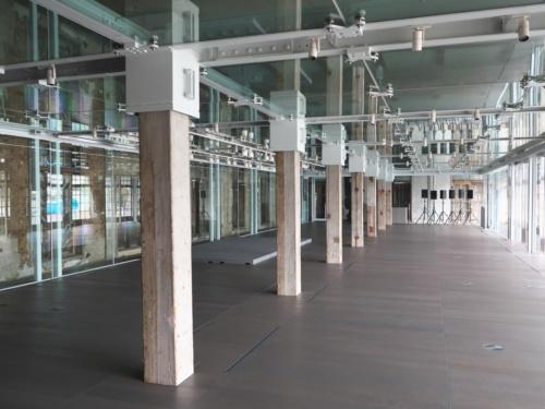 富岡製糸場にある国宝「西置繭所」に新設した多目的ホール。建物東側に連続しているガラス窓も復元し、光が差し込む明るい空間となっている。写真は、オープン前の9月29日に撮影した(写真:池谷 和浩)