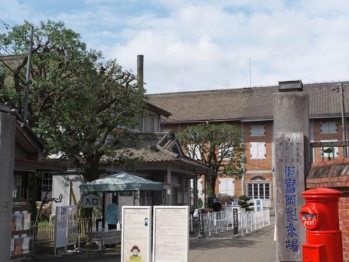 富岡製糸場の正面入り口、門前から撮影。奥に立つのが、東置繭所(写真:池谷 和浩)