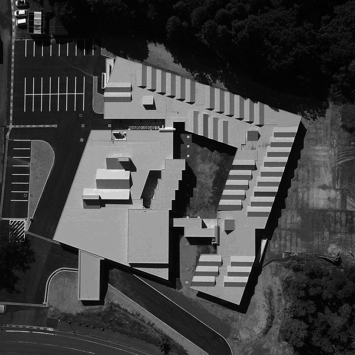 「まごころ学園」では、中庭を囲むように建物を配置した(写真:キッズデザイン協議会)