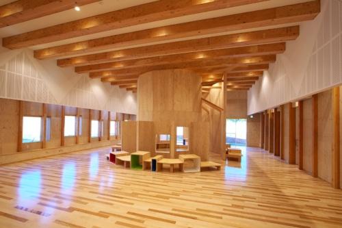「まごころ学園」では、内装を全面的に木質化している(写真:佐武 浩一)