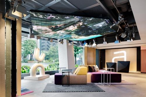 1階のロビー天井では、銀座の町の風景と自然をコラージュしたデジタルアート作品が出迎える。館内の至るところにアート作品が配される(写真:アロフト東京銀座)
