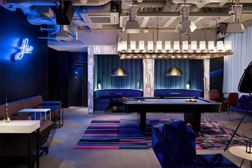 1階のバー「W XYZ Bar」では、ライブ・コンサートシリーズ「Live@Aloft」を定期的に開催する。コロナ禍の影響で、当面は無観客でのYouTube配信を予定。2階レストランとは吹き抜けで空間を共有している(写真:アロフト東京銀座)