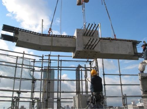 工場で分割して製作した梁を、現場のクレーンで吊り上げて施工している様子(写真:長谷工コーポレーション)