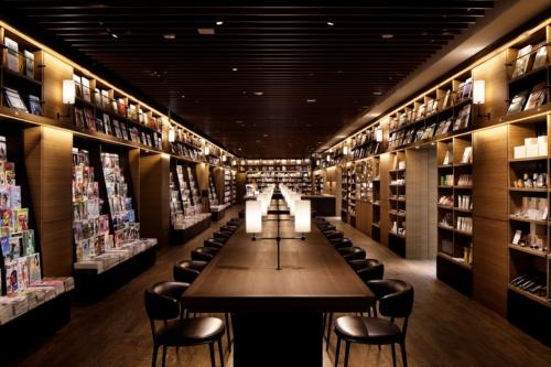 「内装の意匠」が登録された「蔦屋(つたや)書店」。写真は、天井までの高さがある書架に囲まれたロングテーブルのある内装を取り入れた「羽田空港 蔦屋書店」(写真:カルチュア・コンビニエンス・クラブ)
