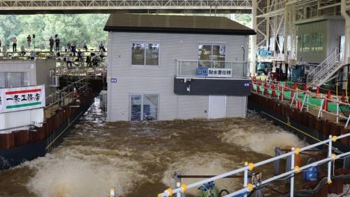 防災科学技術研究所の施設内で「耐水害住宅」の実証実験をする様子(写真:日経アーキテクチュア)