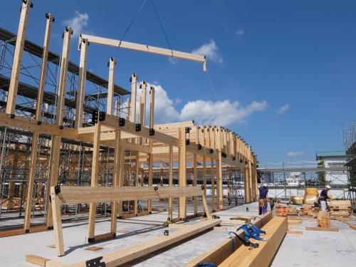 中大規模木造の施工中のイメージ。木構造デザインは2020年10月1日、中大規模木造市場でのシェア拡大を目指し、マッチングプラットフォーム事業を開始した(写真:木構造デザイン)