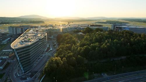 写真手前に写るのが、スイスのチューリヒ国際空港隣に建設された「THE CIRCLE(ザ・サークル)」。奥に空港が見える(写真:Zurich Airport)