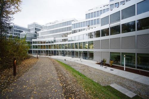 公園側から建物を見る。2020年11月5日に撮影(写真:山本理顕設計工場)