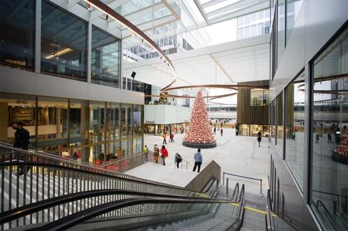 「広場」と「路地」で構成されるザ・サークルの半屋外空間(写真:山本理顕設計工場)