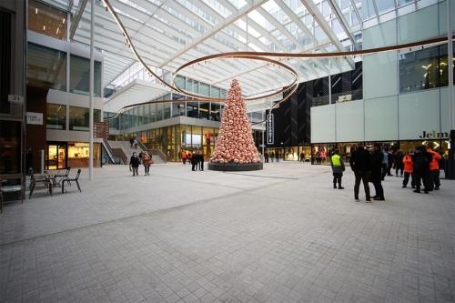 欧州はクリスマスシーズンに入り、ピンクのツリーが広場に華やかさを添える(写真:山本理顕設計工場)