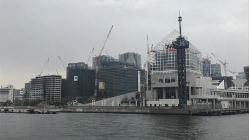 写真右が「晴海客船ターミナル」。写真奥に見えるのは建設中の「HARUIMI FLAG」(晴海フラッグ)。2019年3月撮影(写真:日経アーキテクチュア)