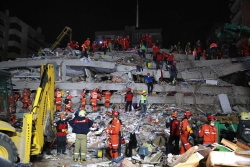 トルコ・イズミルで倒壊した建築物。2020年10月30日に撮影 (写真:トルコ赤十字社)