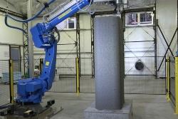 清水建設が開発したラクツムをコンクリート用3Dプリンターで積み上げて、柱の型枠を作成。装置のアームが届く高さ2.1mまで造形に成功(写真:清水建設)