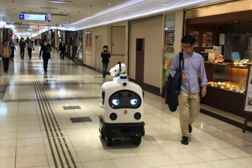 新宿駅に直結する地下街「新宿サブナード」を走行する無人警備・消毒ロボット「パトロ」。進行方向に人を検知すると、「こんにちは、ロボットが走行しています」と周りに声掛けして注意を促す(写真:日経クロステック)