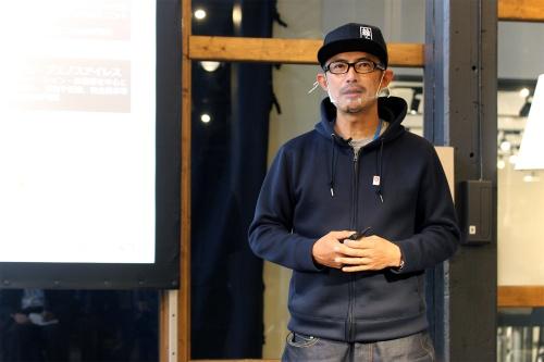 都市空間におけるコモングラウンド概念を提唱し、コモングラウンド・リビングラボのディレクターを担う建築家の豊田氏。noizパートナー、gluonパートナー、東京大学生産技術研究所客員教授などとして活動する他、25年日本国際博覧会協会People's Living Lab促進会議有識者を務める(写真:日経クロステック)