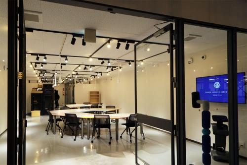 コモングラウンド・リビングラボのシェアオフィス部分。21年春までのセミオープン期間は、シェアオフィスと共有実験場を運用する。オフィス部分でもロボットによる作業を実験するので、あえて不定形のデスクを配置している(写真:日経クロステック)