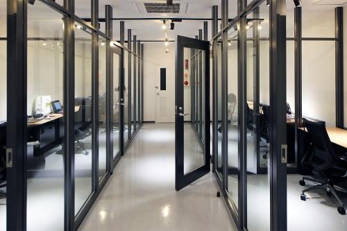 コモングラウンド・リビングラボのシェアオフィス部分。センサーが苦手とするガラスを多用し、扉も内開きと外開きを交ぜている(写真:日経クロステック)