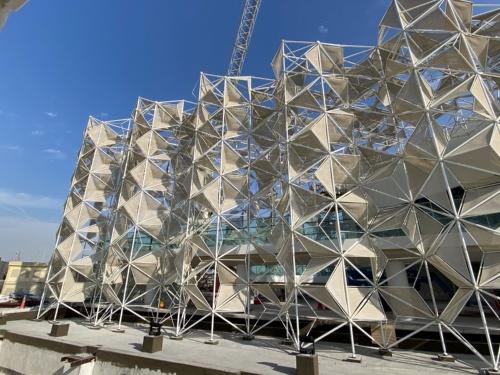 建物の特徴である白いファサードは完成している(写真:永山祐子建築設計、20年11月29日時点)