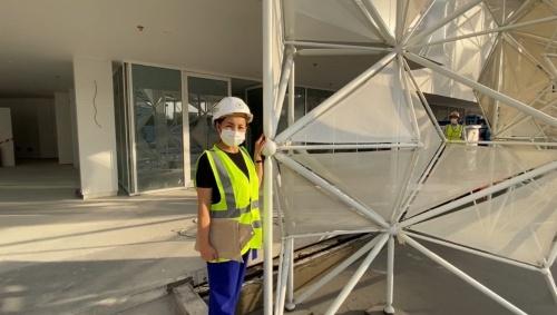 日本館の正面入り口に立つ永山氏。ファサードを構成する膜は一つひとつのサイズがかなり大きいことが分かる(写真:永山祐子建築設計、20年11月28日時点)