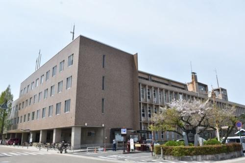 岸和田市が老朽化などを理由に建て替えを検討している現庁舎の外観(写真:岸和田市)