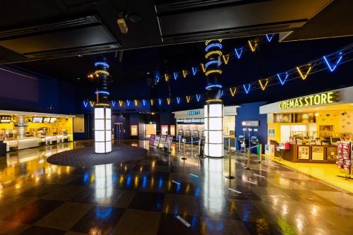 イオンシネマ市川妙典のロビー空間。3棟から成るショッピングセンター「イオン市川妙典店」の2番街とされる建物の3階に入る。入場ゲートの手前は観客以外でも出入りできる。「必ずしも映画館と規定せず、人が多く集まる場所に採用されている他の分野の対策にもアンテナを張って取り組んでいる」(入澤部長)(資料:イオンエンターテイメント)