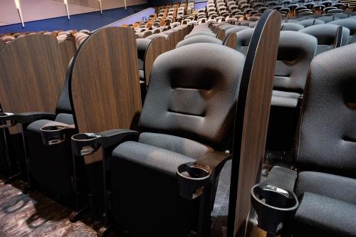 イオンシネマ市川妙典スクリーン内の通常座席部分。一般的には、肘掛けとドリンクホルダーは隣接する各席の間に1つずつ設置されているのみだ(写真:イオンエンターテイメント)