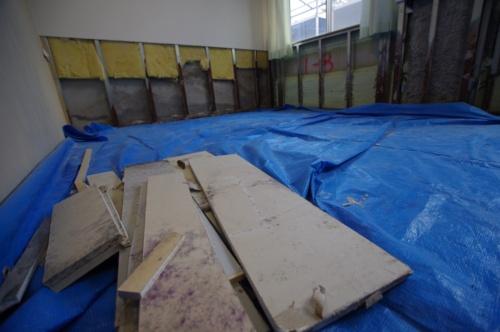 寮内にある教員用の部屋の壁の中から見つかった石こうボードの端材(写真:日経クロステック)