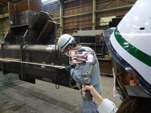 工場側で鉄骨製品を撮影し、鹿島の担当者が遠隔地で確認する仕組みだ(写真:鹿島)